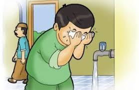 membasuh wajah saat wudhu